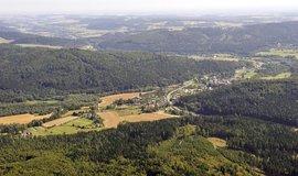 Ústavní soud zamítl stížnost obce Nové Heřminovy (na letecké fotografii roku 2012), která bojuje proti stavbě přehrady