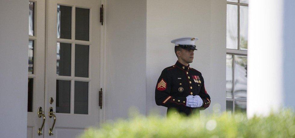 Příslušník námořní pěchoty střeží jeden ze vchodů do Bílého domu