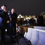 Ministr vnitra Milan Chovanec (druhý zleva) spolu s policejním prezidentem Tomášem Tuhým (vlevo) 21. prosince kontrolovali bezpečnost na pražských vánočních trzích. Na snímku vpravo dole jsou betonové zábrany u tržiště na Staroměstkém náměstí.