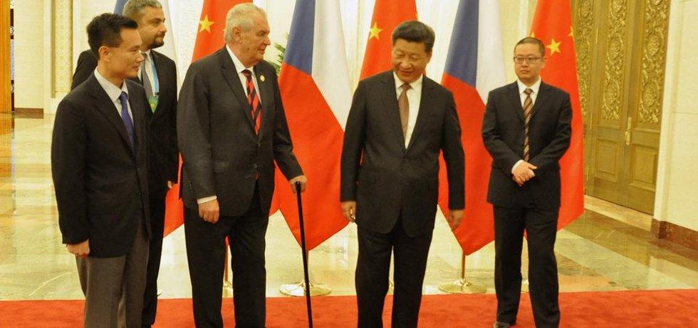 Představím vás. Český prezident Miloš Zeman dělá networking. Právě on představil byznysmena Jie Ťien-minga (vlevo) v září 2015 čínskému prezidentovi Si Ťin-pchingovi.