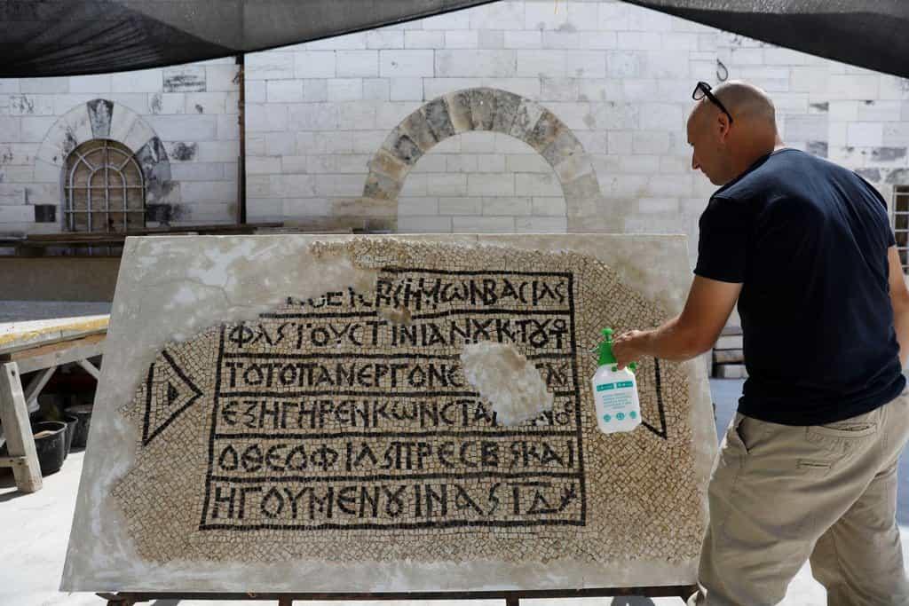 Dělníci v Jeruzalémě objevili 1500 let starou mozaiku se zmínkami o císaři
