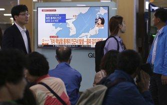 Korejci na nádraží v Soulu sledují zprávy o zemětřesení v Severní Koreji