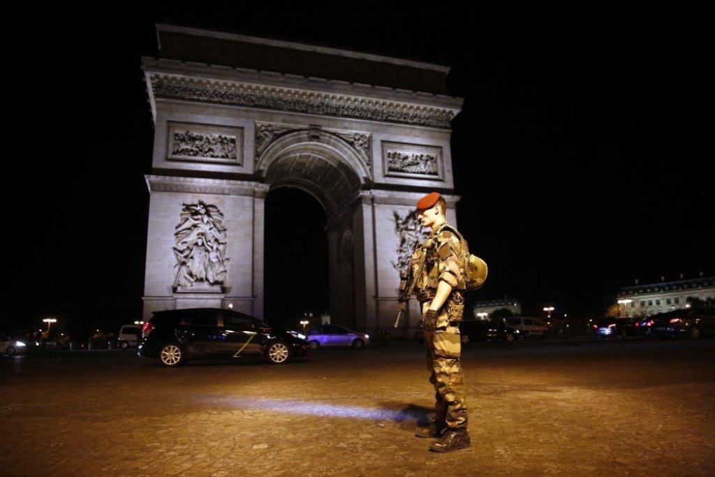 Francouzský voják hlídkující v centru Paříže