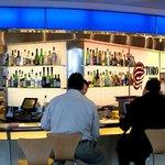3. Hongkong – kvalita: 4,17, cena: 3,35, rozmanitost: 4,04, celkem: 4,03. Hongkongské letiště je třetí nejrušnější na světě a svým návštěvníkům nabízí rozmanitou nabídku restaurací. Takřka všechny mají dobré hodnocení, takže se nejspíš nespálíte, i když půjdete naslepo. Nejlépe hodnocená restaurace: Saboten.