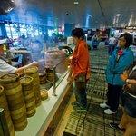 4. Changi (Singapur) – kvalita: 3,96, cena: 3,95, rozmanitost: 3,85, celkem: 3,94. Singapurské letiště má vyrovnané hodnocení ve všech aspektech. Má na výběr pestrou škálu restaurací, z recenzí však nejlépe vycházejí ty s čínskou kuchyní. Nejlépe hodnocená restaurace: Imperial Treasure Cantonese Cuisine.