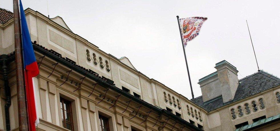 Státní vlajka a prezidentská standarta na Pražském Hradě