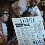 6. Gatwick (Londýn) – kvalita: 4,11, cena: 3,01, rozmanitost: 3,65, celkem: 3,88. Méně známé ze dvou nejrušnějších londýnských letišť, v žebříčku však skončilo výše. Hlavně díky příznivější ceně. Svou restauraci na něm má i slavný britský šéfkuchař Jamie Oliver. Nejlépe hodnocená restaurace: Comptoir Libanais.