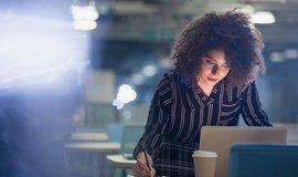 Umělé osvětlení v kanceláři zvyšuje stres. Ilustrační foto