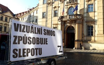 Před jednáním pražského zastupitelstva se u budovy magistrátu na Mariánském náměstí objevily nápisy s hesly odsuzujícími vizuální smog a přemíru reklamy v ulicích.
