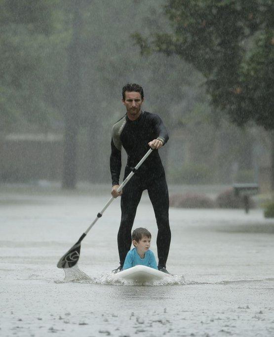 Alexendre Jorge evakuuje čtyřletého Ethana Colmana v Houstonu
