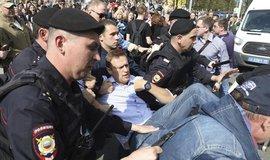Policejní zásah proti demonstrantům v Rusku. Zadržen byl i Alexej Navalnyj (uprostřed)