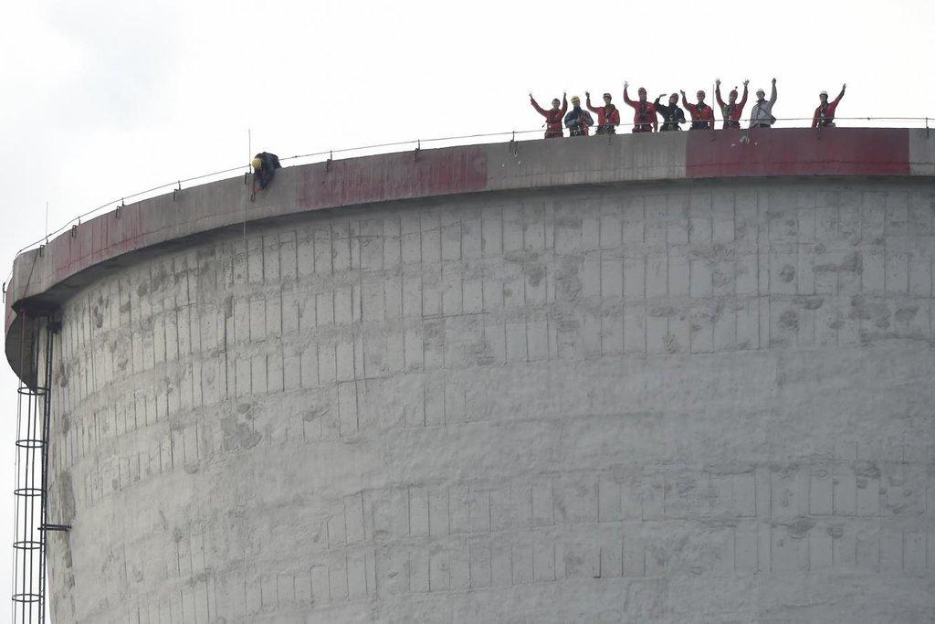 Aktivisté Greenpeace mávají fotografům z chladící věže elektrárny Chvaletice