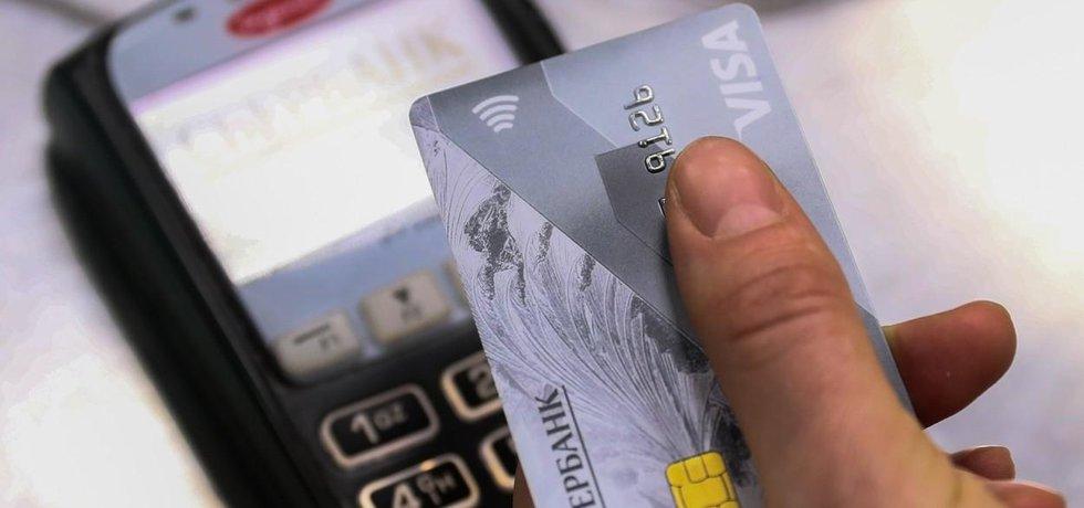 Bezkontaktní platba kartou - ilustrační foto