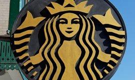 Logo amerického řetězce kaváren Starbucks před pobočkou v čínském Pekingu