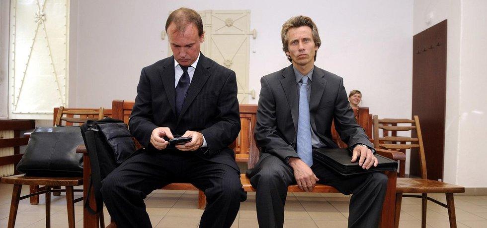 Čekání na verdikt. Exšéf Čepra Tomáš Kadlec (vlevo) a obchodní ředitel Alexandr Houška skončili před soudem kvůli nevýhodným obchodům, na kterých státní akciovka prodělala 262 milionů korun.