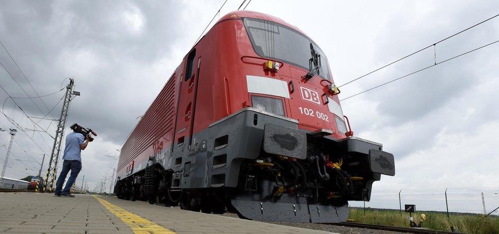 Společnost Škoda Transportation představila 27. června na zkušebním polygonu u Velimi lokomotivu řady 381 Emil Zátopek v designu pro německého železničního dopravce Deutsche Bahn. (Zdroj: ČTK)