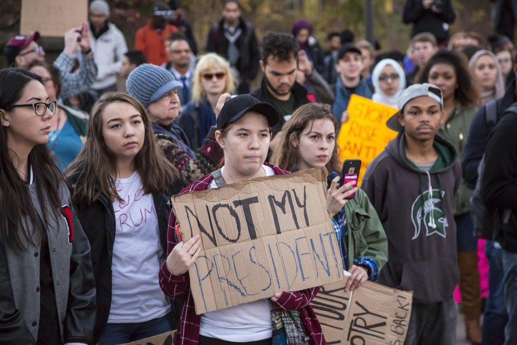 Není mým prezidentem, hlásají protestující proti Donaldu Trumpovi