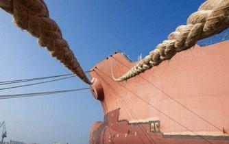Loď vyvázaná v přístavu, ilustrační foto