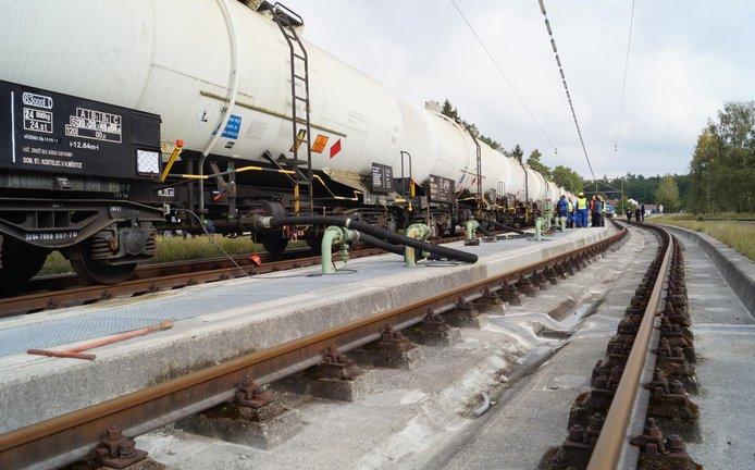 Vlak českou naftou, která byla uložená ve skladu zkrachovalé společnosti Viktroriagruppe.