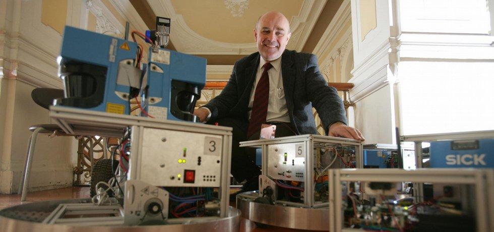 Vrchní kybernetik. Šéfem institutu je profesor kybernetiky Vladimír Mařík, který jako jeden z prvních začal do praxe uvádět to, o čem se v Česku roky jen mluvilo - praktické propojení špičkové akademické vědy a byznysu.