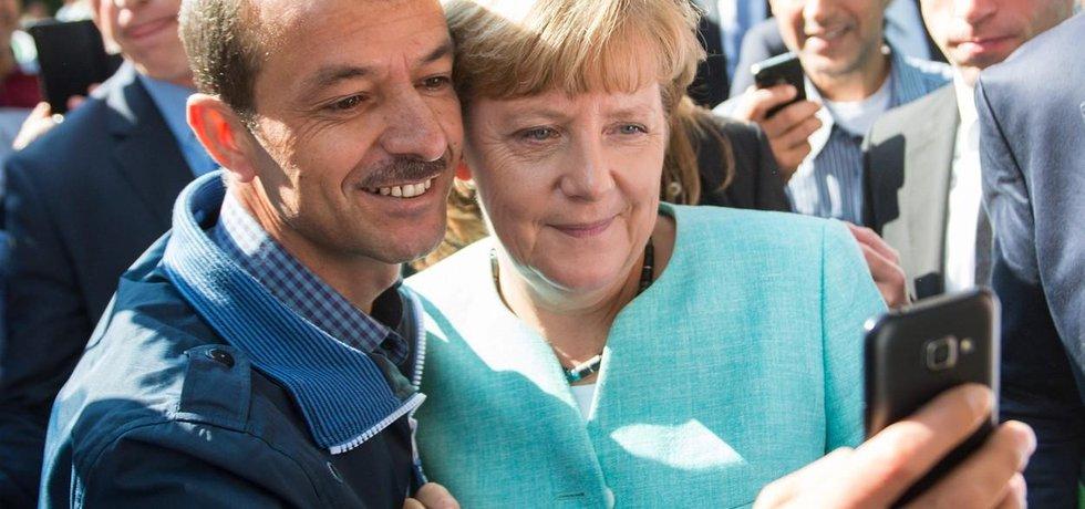 Německá kancléřka Angela Merkelová se fotí s uprchlíkem, ilustrační foto