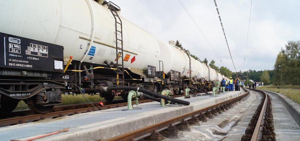 Vlak s českou naftou, která byla uložená ve skladu zkrachovalé společnosti Viktroriagruppe.