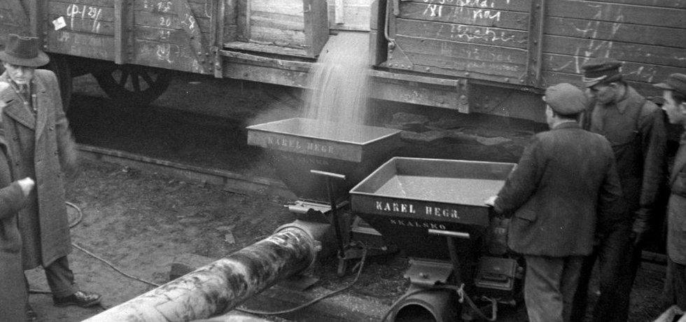 """Spása. """"Přečerpávání"""" sovětského obilí z širokorozchodných ruských vagonů do československých (Čierna nad Tisou, 1947)"""