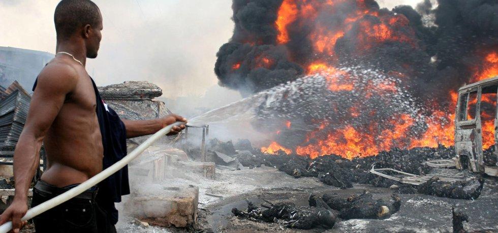 Požár po výbuchu ropovodu v Nigérii (Zdroj: čtk)