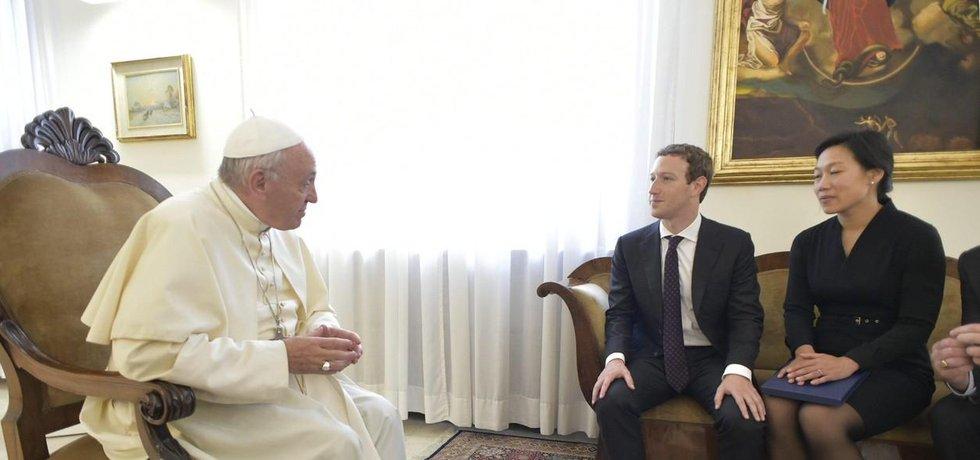Mark Zuckerberg a jeho žena Priscilla Chanová na audienci u papeže