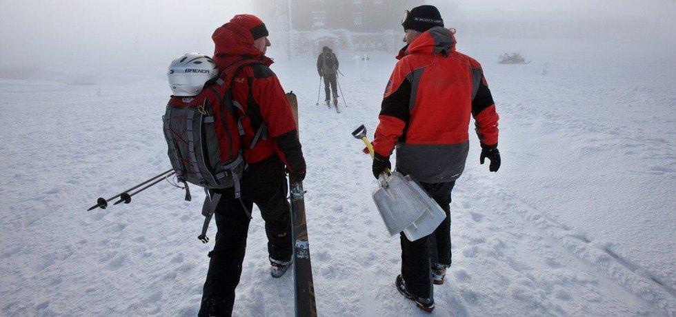 Záchranáři Horské služby u Luční boudy v Krkonoších