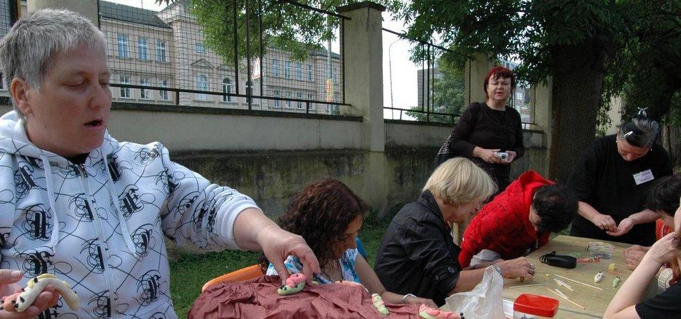 Olomoucká nezisková organizace Fimfárum pořádá vzájemné setkávání lidí s mentálním postižením i bez něj.