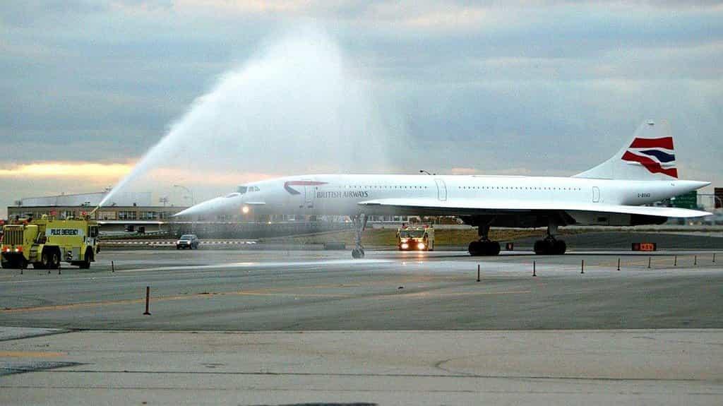 Na posledním letu Concordu byl stroj v New Yorku přivítán tradiční vodní branou