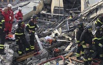 Záchranáři prohledávají trosky zříceného mostu