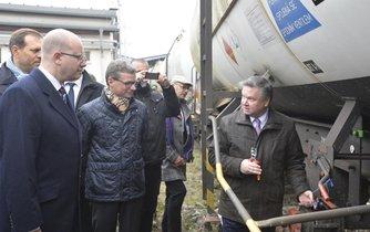 Premiér Bohuslav Sobotka (vlevo) a předseda Správy státních hmotných rezerv Pavel Švagr (vpravo)