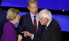 Prezidentští kandidáti Elizabeth Warrenová a Bernie Sanders si vyjasňují svá stanoviska po skončení debaty. Uprostřed Tom Steyer.