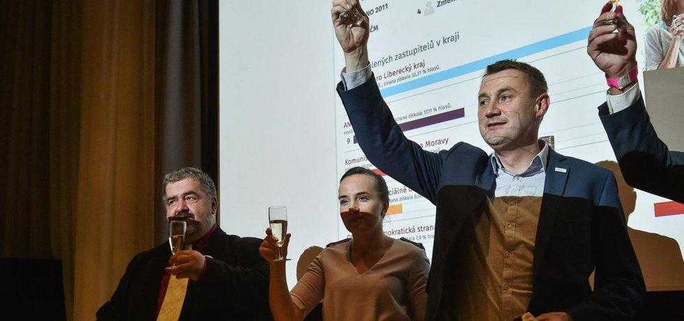 Volby v Libereckém kraji vyhráli s výrazným náskokem Starostové pro Liberecký kraj. Zprava Martin Půta (lídr Starostů), Sylwia Půtová a Michael Canov.