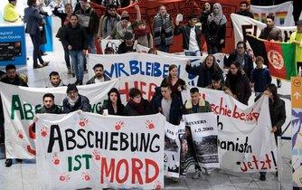 Deportace je vražda. Aktivisté protestují proti deportacím do Afghánistánu na letišti ve Frankfurtu nad Mohanem.