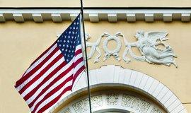 Americká vlajka na rezidenci v moskvě, ilustrační foto