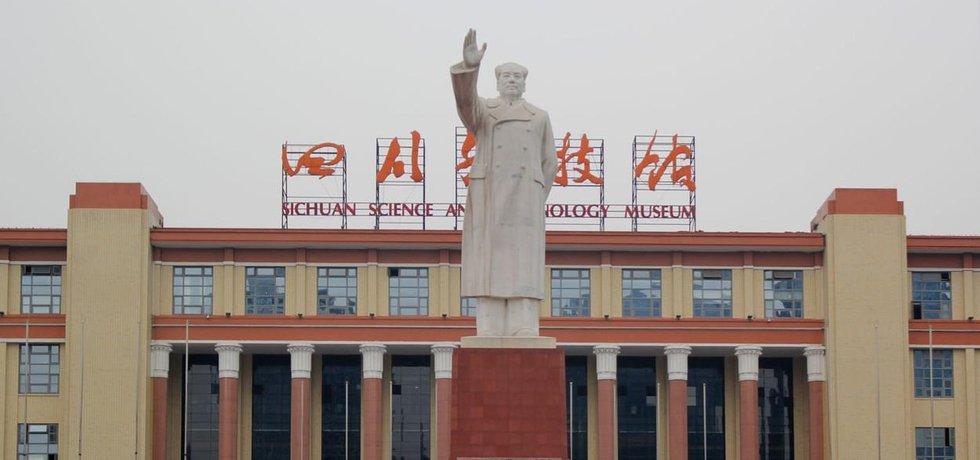 Číně chybí turisté, k zahraničním návštěvníkům se ale dál točí zády
