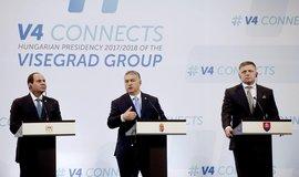 Egyptský prezident Abdal Fattáh Sísí a slovenský předseda vlády Robert Fico naslouchají maďarskému premiérovi Viktoru Orbánovi