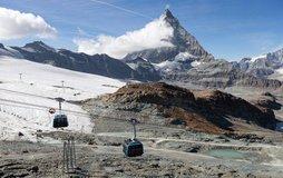 Lanovka vedoucí ze švýcarského Zermattu. V pozadí je hora Matterhorn, ilustrační foto