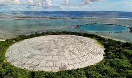 V Tichomoří chátrá betonová hrobka plná plutonia. Hrozí zamoření oceánu