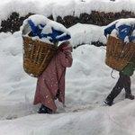 Vesnice Samdo, nosiči se vracejí z Dharamsaly, cesta k sedlu Larkya La již není průchodná