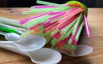 Plastová brčka a lžičky