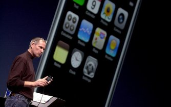 Steve Jobs představil světu první generaci iPhonu 9. ledna 2007