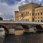 Radnice v Sarajevu je jednou z více než stovky budov, kterou v Bosně a Hercegovině projektoval slavný český architekt Karel Pařík