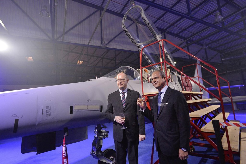 Zleva premiér Bohuslav Sobotka a prezident Aera Vodochody Giuseppe Giordo při slavnostním představení nového letounu L-159