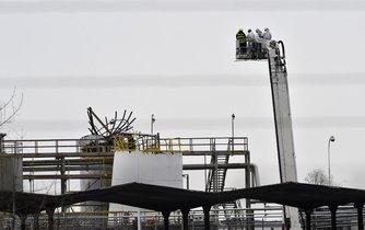 Záchranářské práce po výbuchu v kralupské chemičce