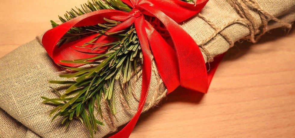 Vánoční dárek zabalený v látce