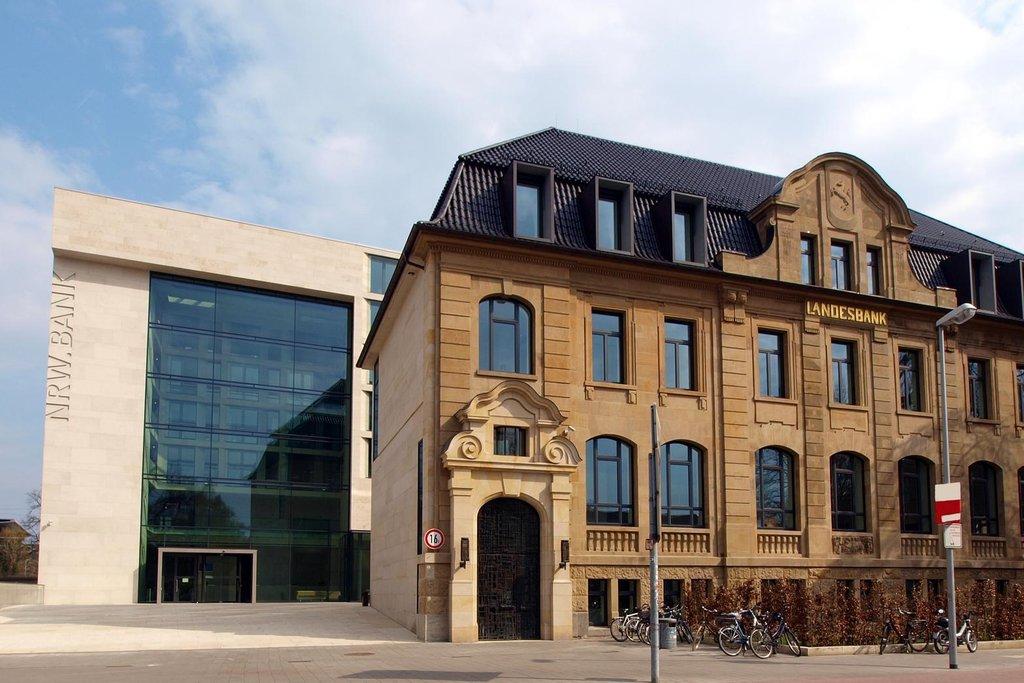 Banka NRW. Tato zemská rozvojová banka (na snímku její sídlo Sídlo v Münsteru) je plně v rukou Severního Porýní-Vestfálska. Předseda představenstva Klaus Neuhaus odešel v listopadu 2016 na penzi. I tak za loňský rok dostal na výplatách 752 000 euro (19 778 000 korun).